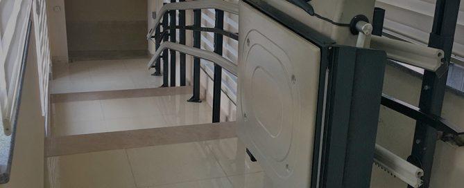 Kıvrımlı merdiven asansörü